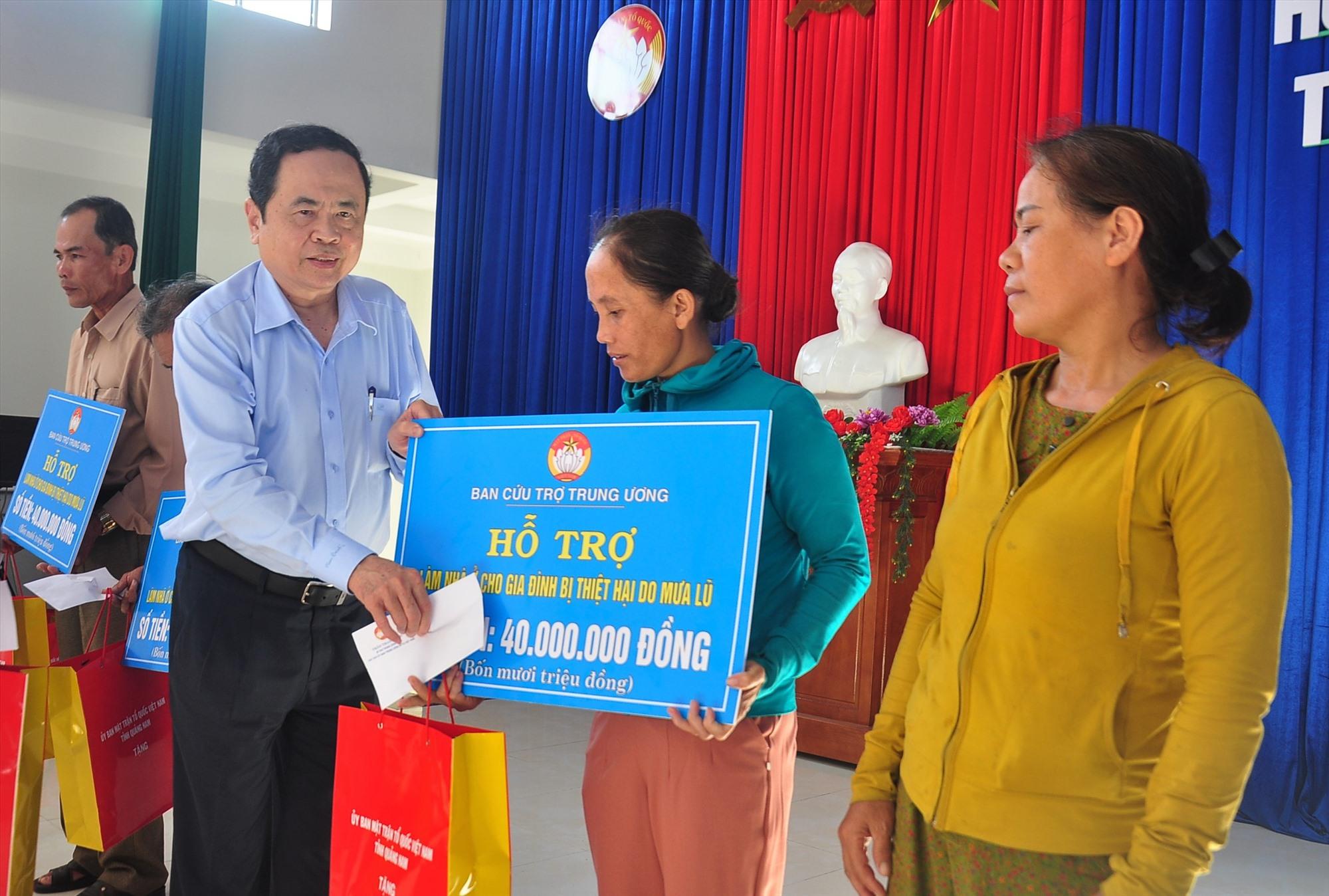Đông chí Trần Thanh Mẫn trao kinh phí hỗ trợ xây dựng nhà cho người dân xã Bình Nam. Ảnh: VINH ANH
