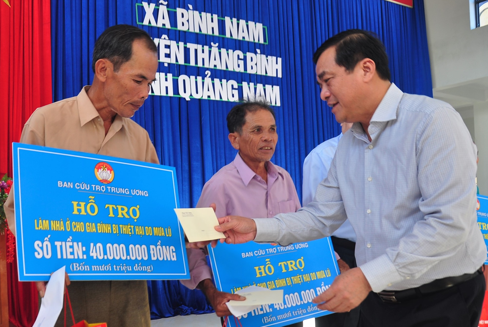 Dịp này, Bí thư Tỉnh ủy Phan Việt Cường cũng có quà động viên các gia đình bị thiệt hại do bão lũ. Ảnh: VINH ANH