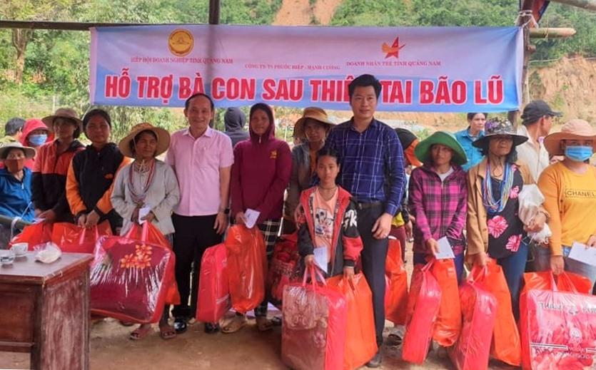 Đoàn thiện nguyện trao quà cho nhân dân xã Phước Thành. Ảnh: CTV