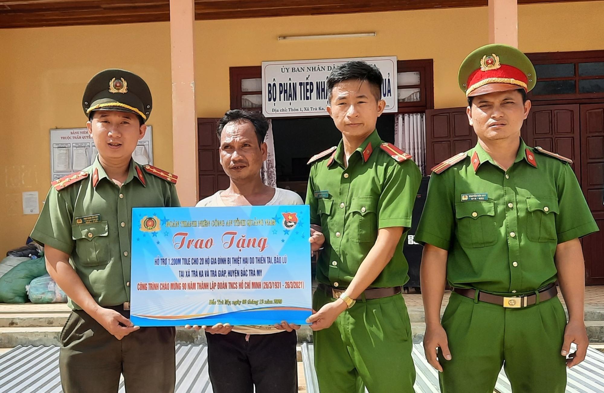 Đoàn Thanh niên Công an tỉnh trao tặng 10 phần quà cho 10 hộ dân gặp khó khăn do đợt thiên tai vừa qua. Ảnh: HỒ QUÂN