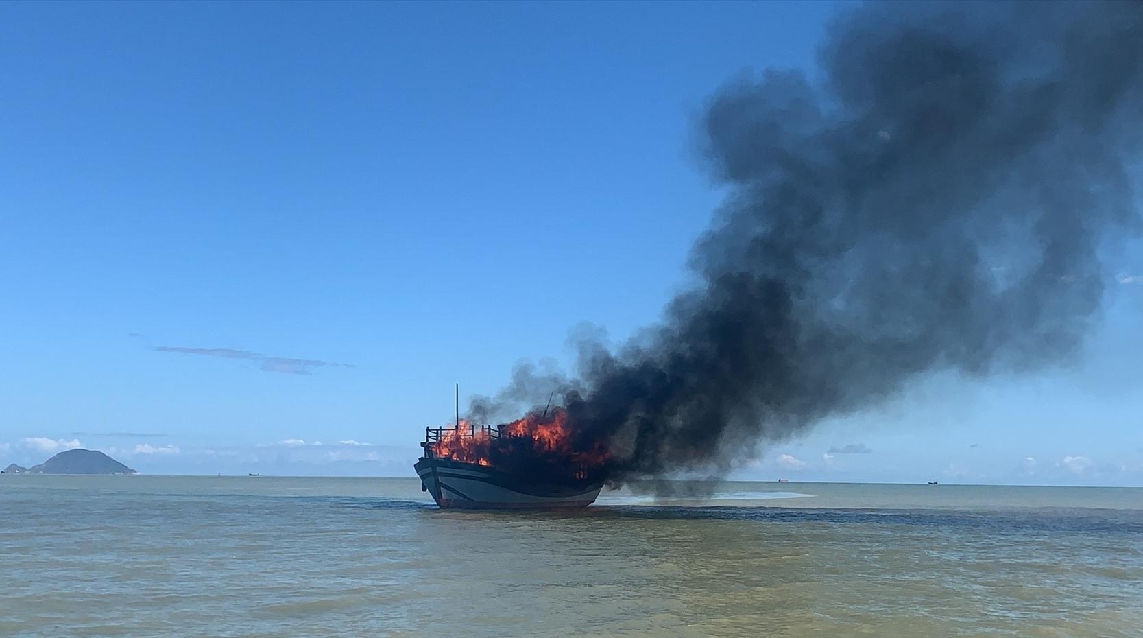 Tàu đò bị cháy.Ảnh : B.P