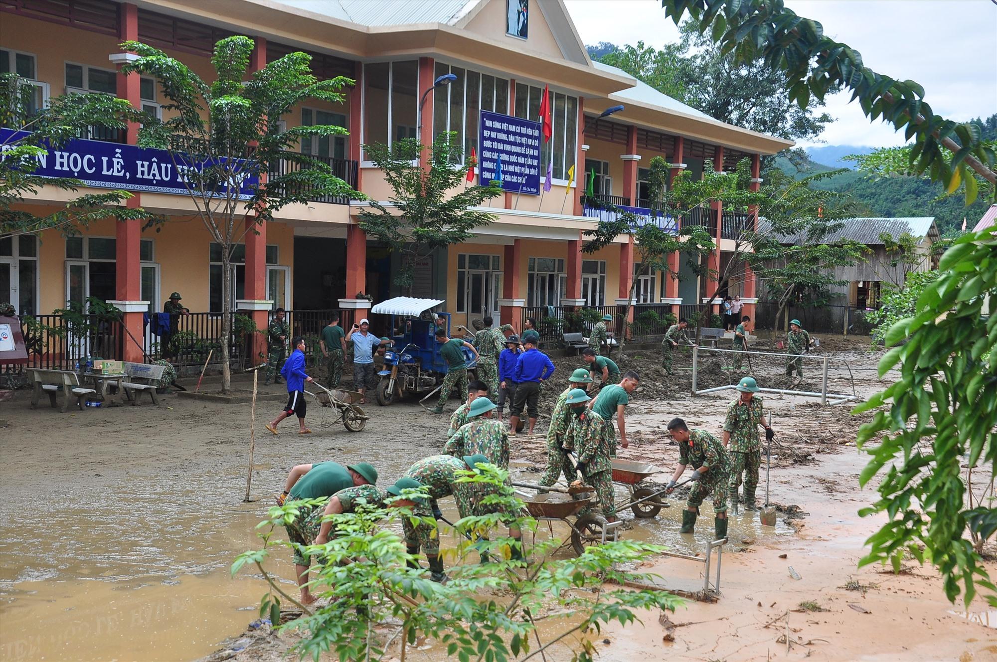 Thanh niên tình nguyện cùng cán bộ, chiến sĩ Sư đoàn 315 dọn vệ sinh giúp Trường Phổ thông dân tộc bán trú tiểu học Trà Leng.