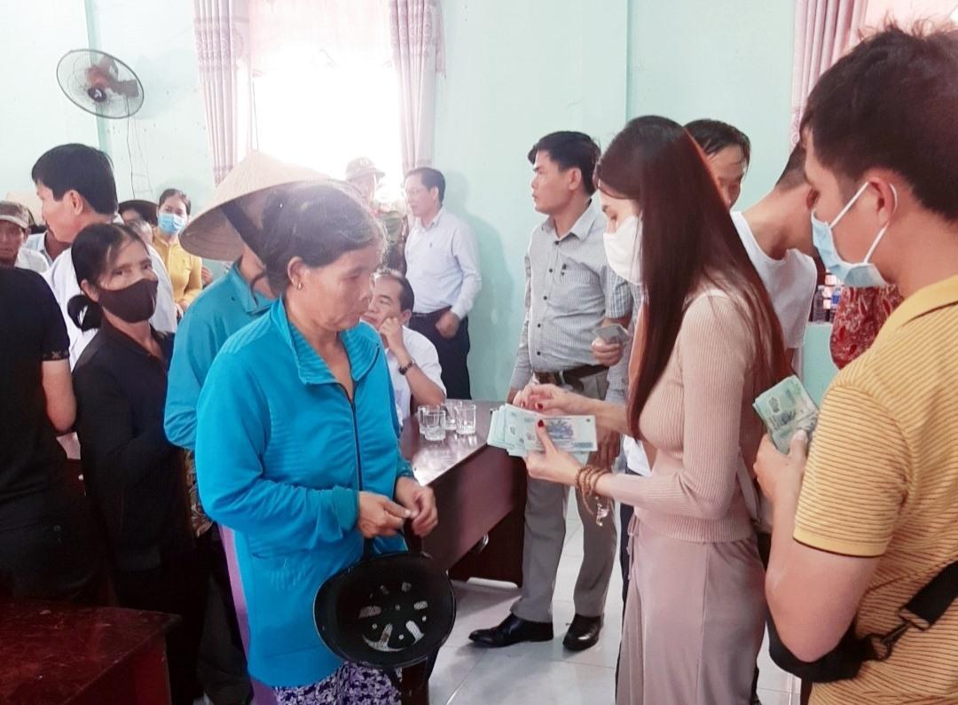 Gần 2.000 suất quà với tổng trị giá hơn 5,5 tỷ đồng được vợ chồng ca sĩ Thủy Tiên trao cho người dân Đại Lộc. Ảnh: NHAN DUY