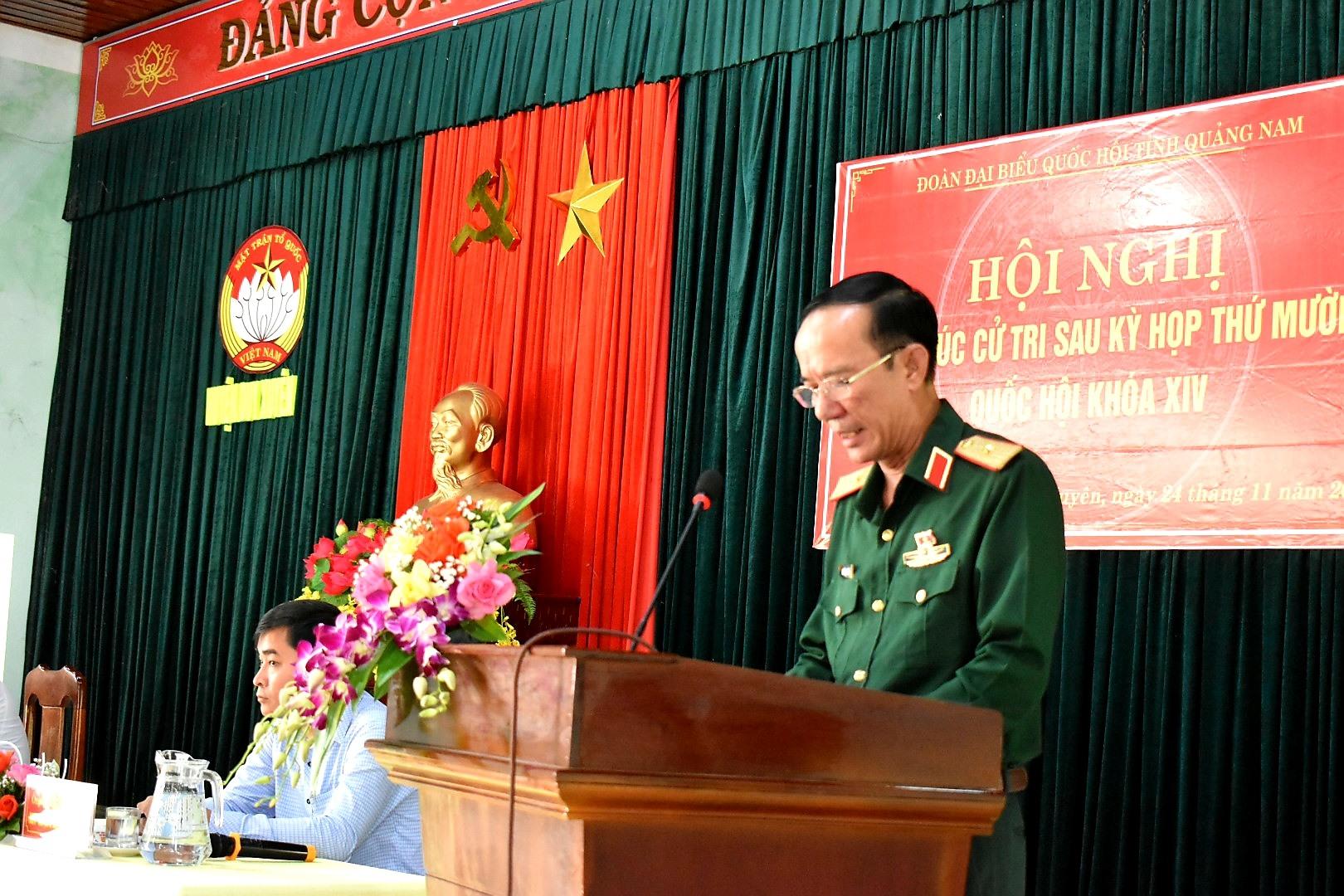 Thiếu tướng Nguyễn Đình Tiến thông tin đến cử tri Duy Xuyên những nội dung quan trọng của Kỳ họp thứ 10, Quốc hội khóa XIV.  Ảnh: VĂN SỰ