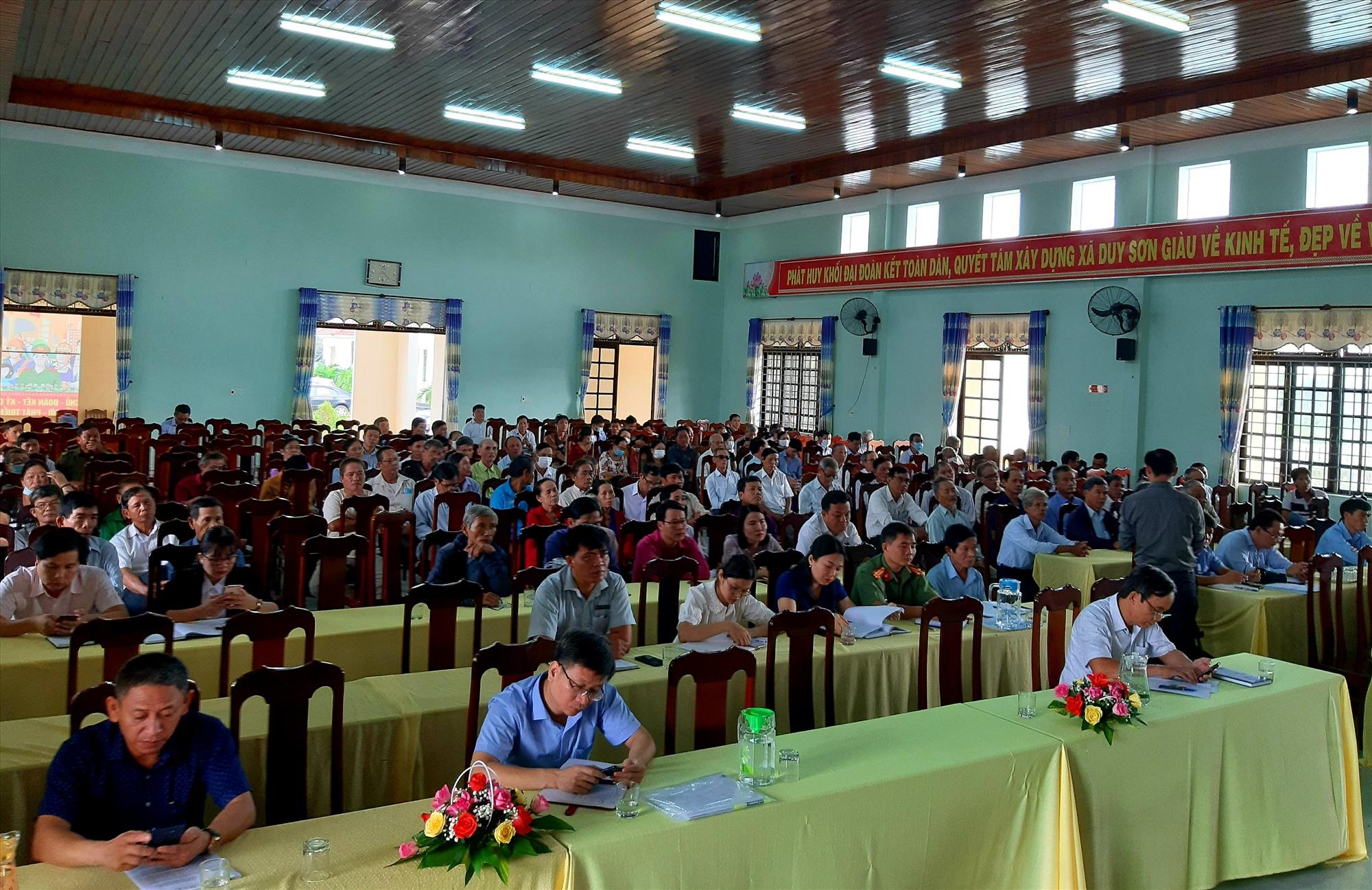 Đông đảo cử tri ở 3 xã Duy Trung, Duy Sơn, Duy Trinh (Duy Xuyên) tham gia buổi tiếp xúc với các ĐBQH tỉnh.   Ảnh: VĂN SỰ