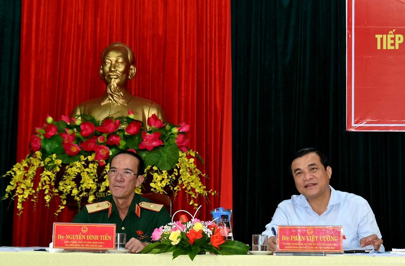 Các ĐBQH Phan Việt Cường và Nguyễn Đình Tiến lắng nghe kiến nghị của cử tri. Ảnh: VĂN SỰ