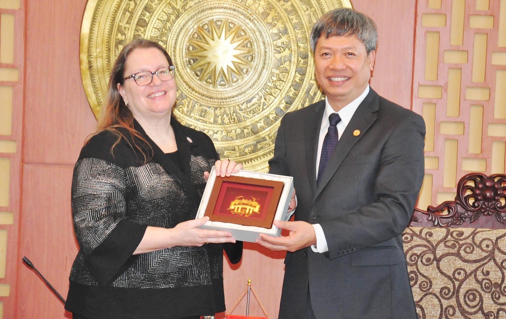 Phó Chủ tịch UBND tỉnh Hồ Quang Bửu tặng quà cho bà Mair C.Damour - Tổng lãnh sự quán Hoa Kỳ