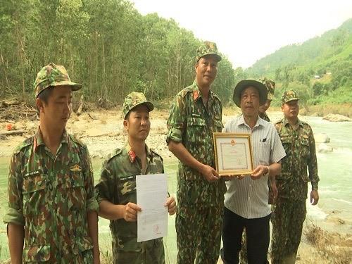 Lãnh đạo huyện Nam Trà My trao quyết định khen thưởng cho Lữ đoàn 270.