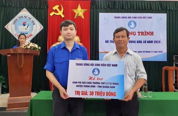 Đồng chí Nguyễn Minh Triết - Phó Chủ tịch Thường trực Trung ương Hội Sinh viên Việt Nam trao nguồn ủng hộ sữa chữa trường cho Trường THPT Lý Tự Trọng (Thăng Binh). Ảnh: Hội Sinh viên