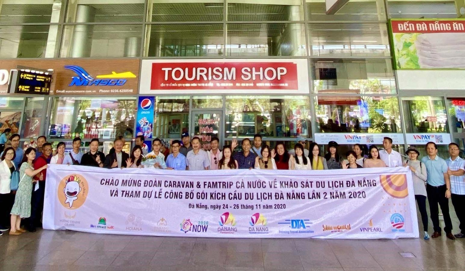 Ngành du lịch Đà Nẵng đón Đoàn du khách trong nước tại Sân bay Quốc tế Đà Nẵng sáng 24.11. Ảnh NTB