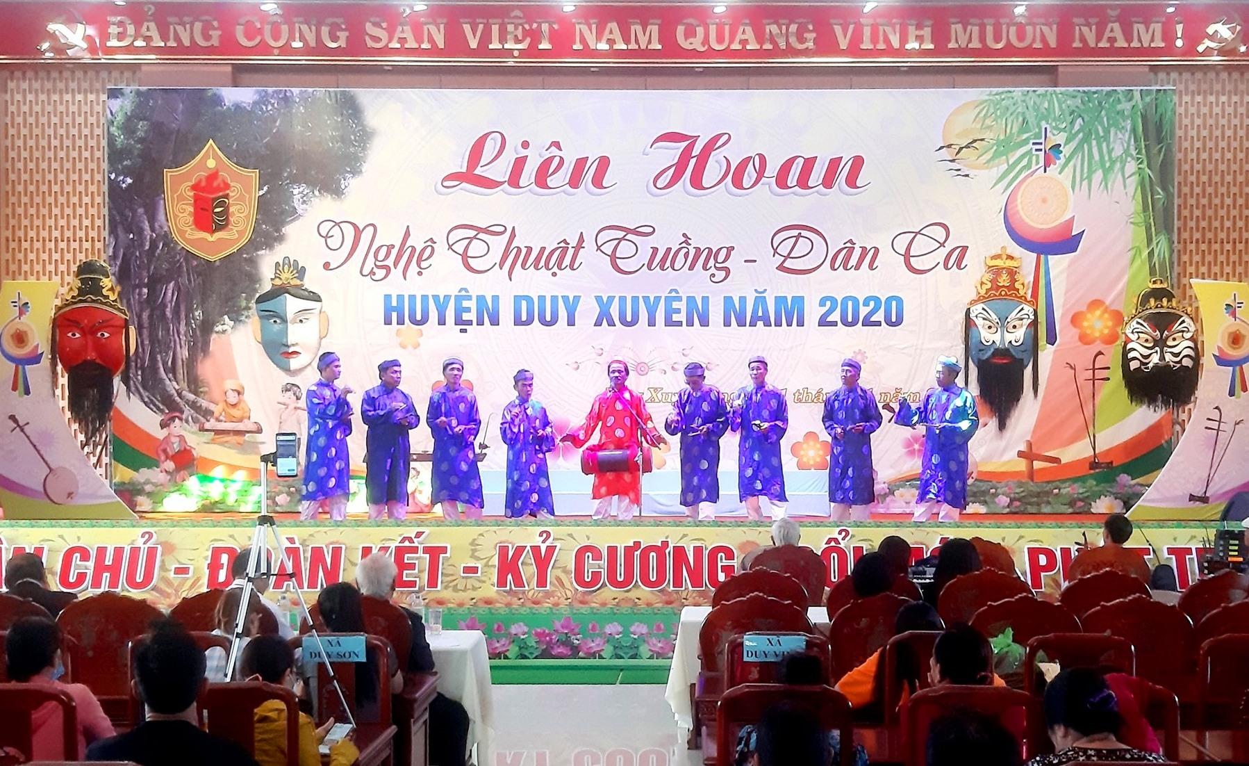 Xã Duy Châu mang đến liên hoan tiết mục hát sắc bùa đầy hấp dẫn. Ảnh: T.P