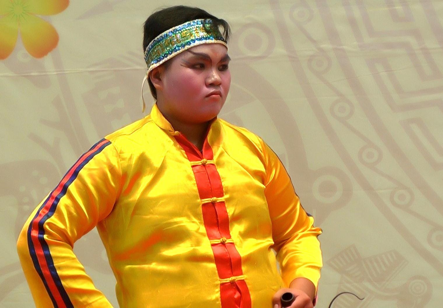 Từ nhỏ, Huỳnh Tấn Khánh (Duy Phước, Duy Xuyên) rất thích nghệ thuật hát tuồng. Ảnh: T.P