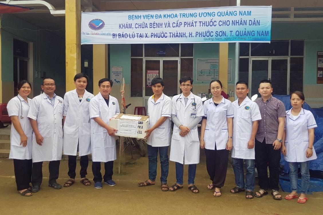 Bệnh viện Đa khoa Trung ương Quảng Nam trao tặng vật tư y tế cho Trạm y tế xã Phước Thành. Ảnh: Đ.HÙNG