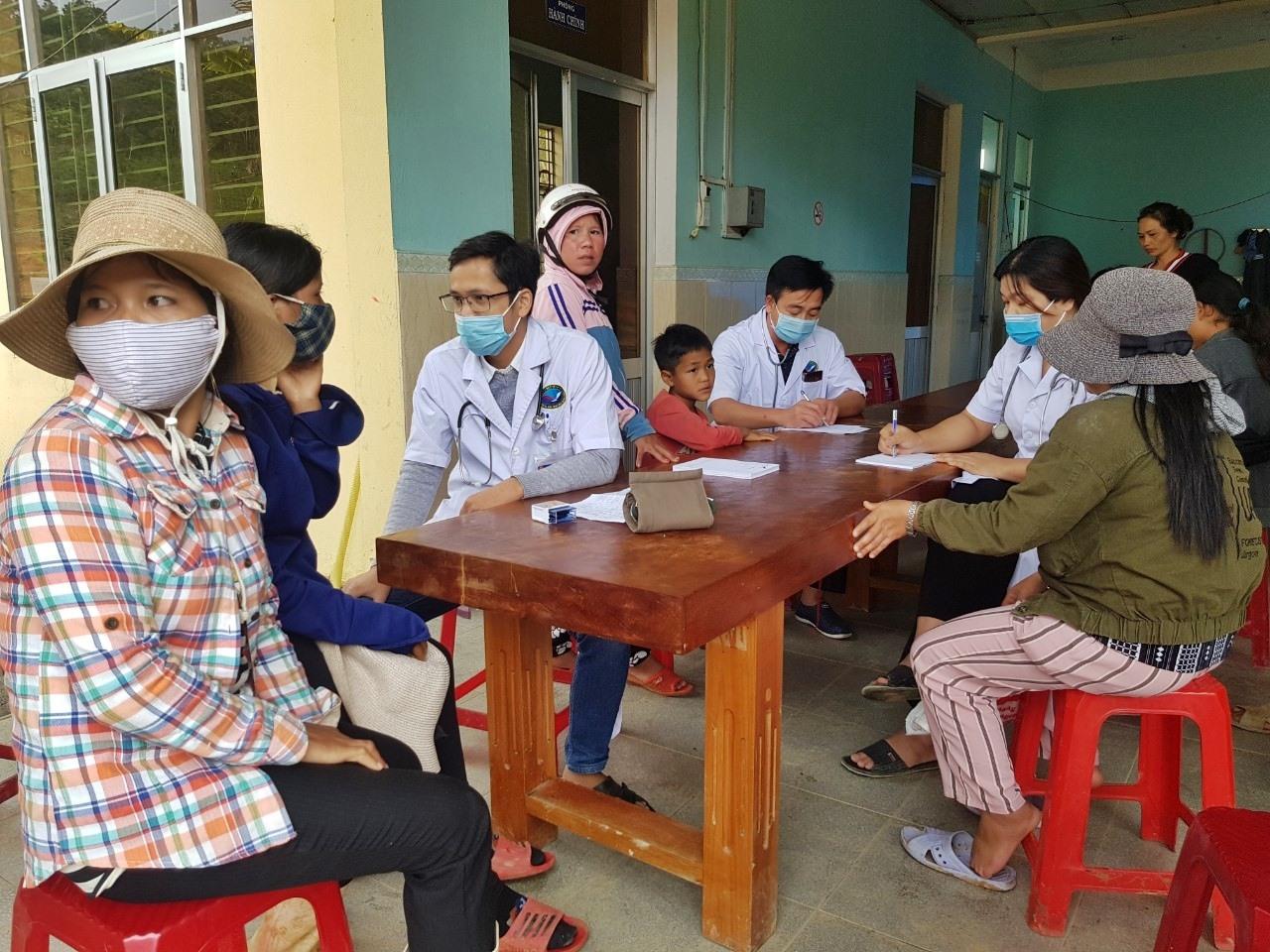 Hơn 300 bà con xã Phước Thành được khám bệnh và cấp phát thuốc miễn phí. Ảnh: Đ.HÙNG