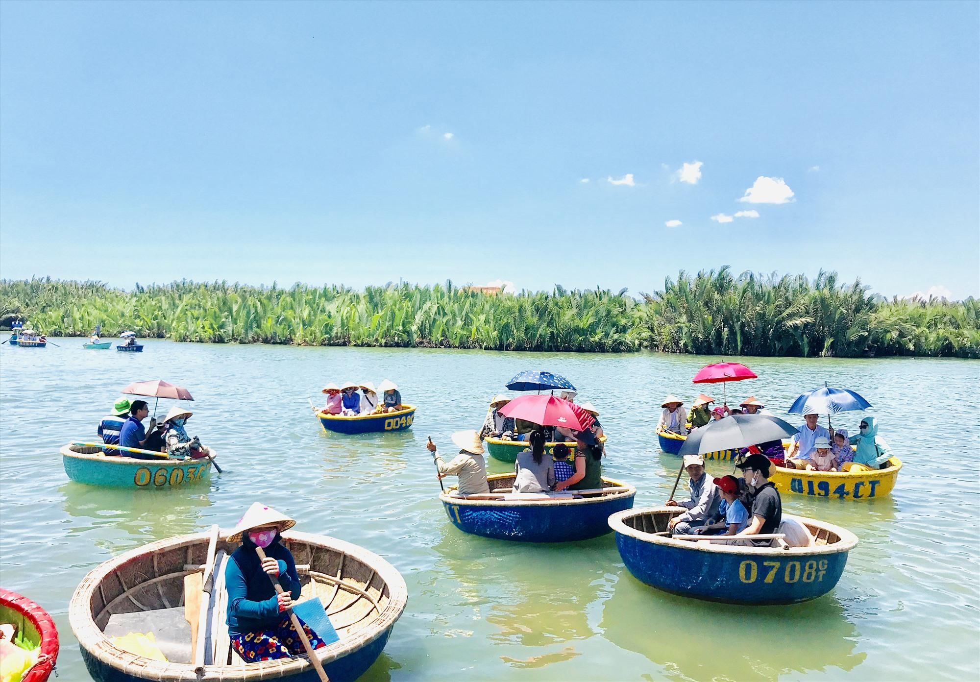 Khách nội địa, khách quốc tế đang sinh sống và làm việc tại Việt Nam đã dần quay lại Hội An. Ảnh: Q.T