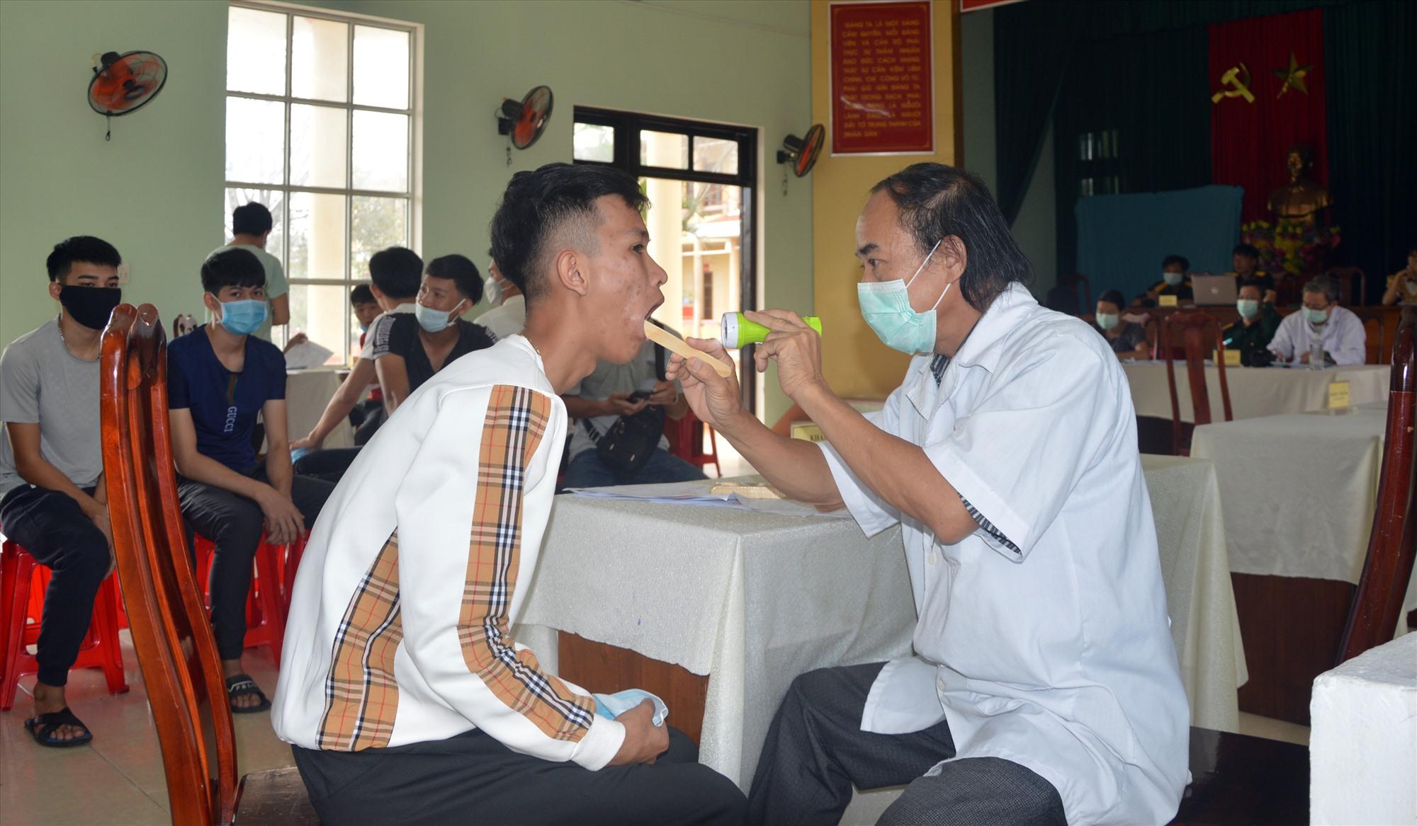 Phú Ninh triển khai công tác khám sức khỏe cho thanh niên trong độ tuổi nhập ngũ. Ảnh:DƯƠNG LÊ