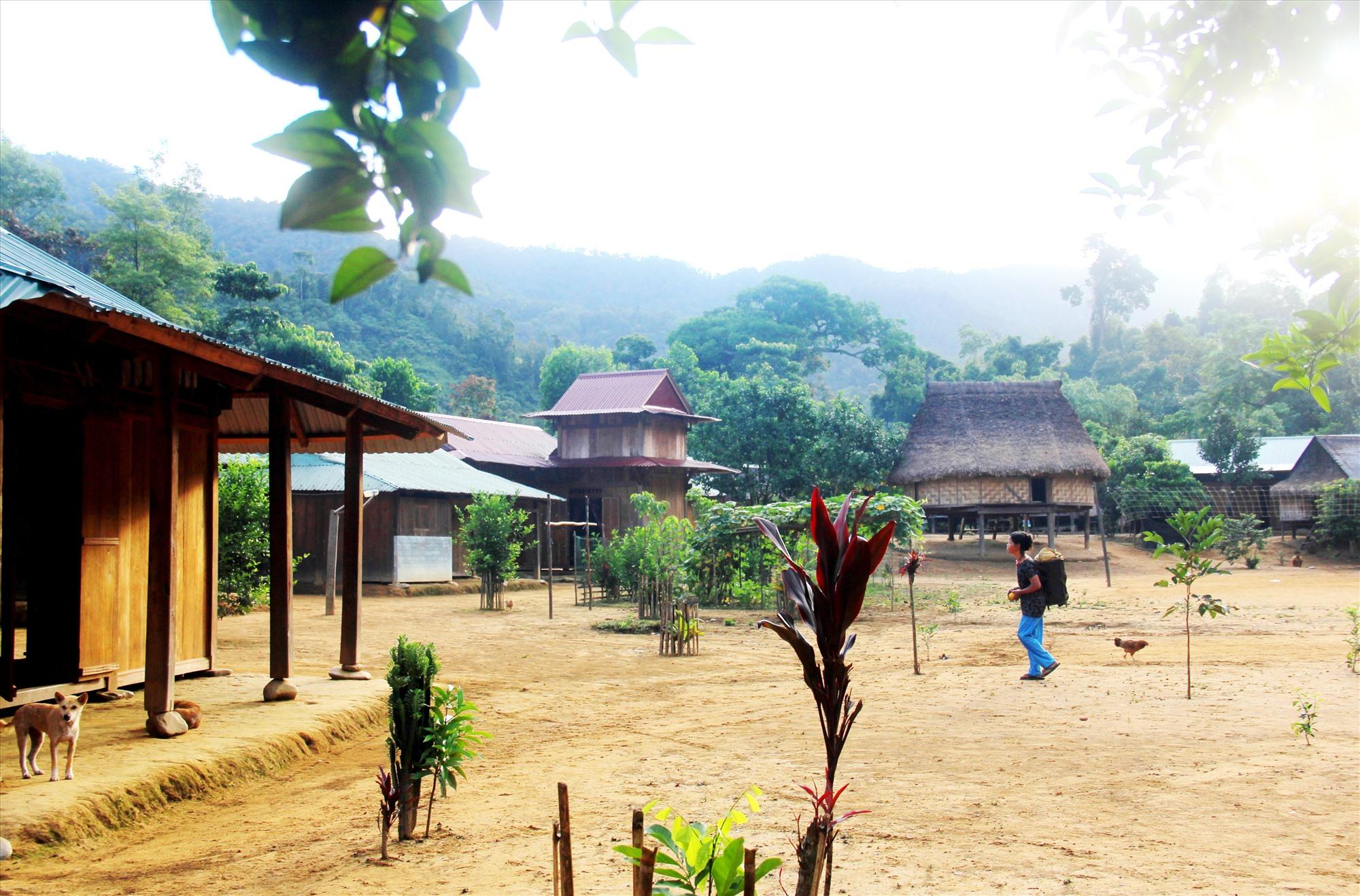 Những ngôi làng dựng men theo sườn núi, sườn đồi. Ảnh: N.H