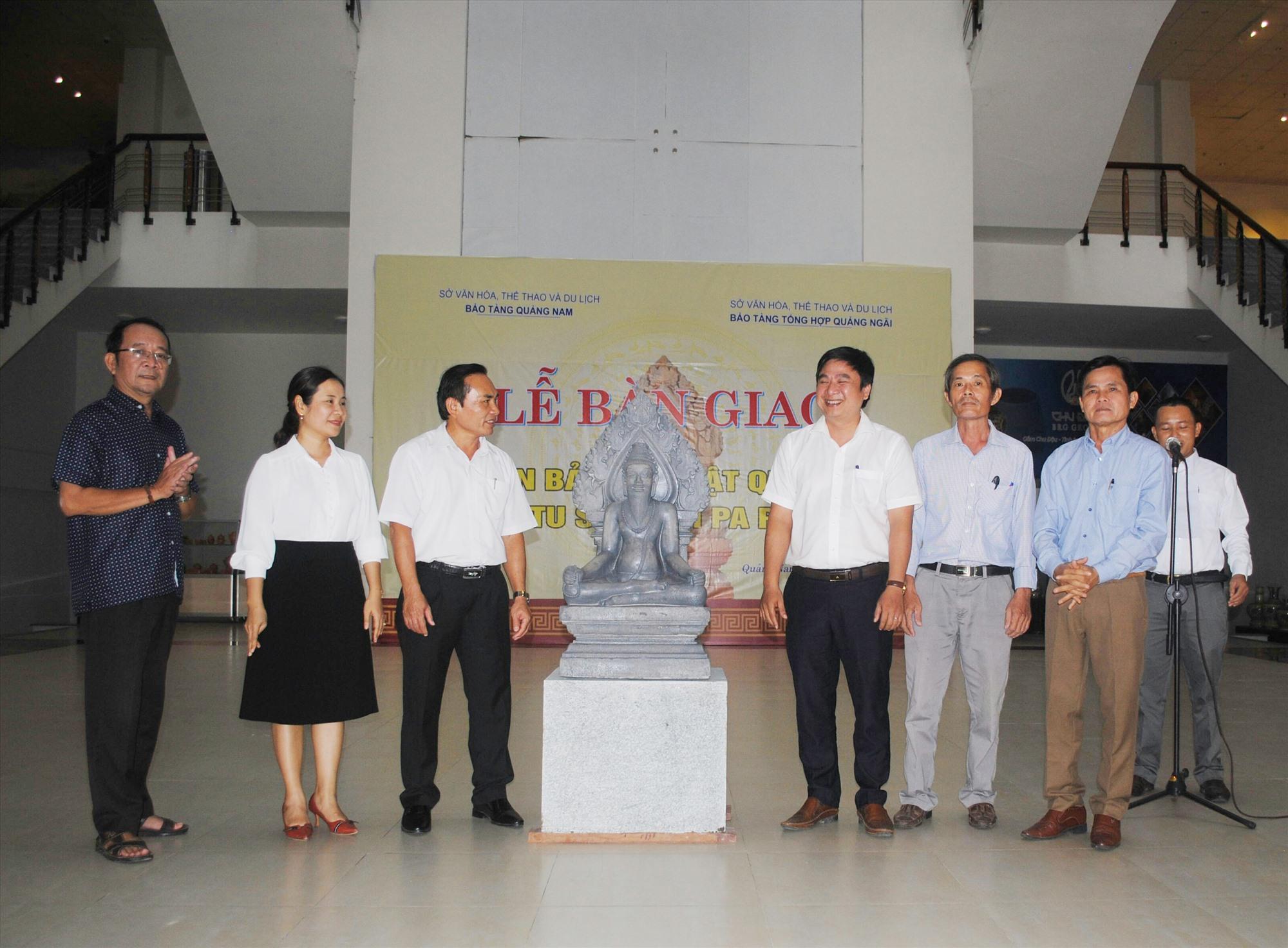 Lễ bàn giao phiên bản tượng Tu sĩ Chămpa Phú Hưng tại Bảo tàng Quảng Nam.