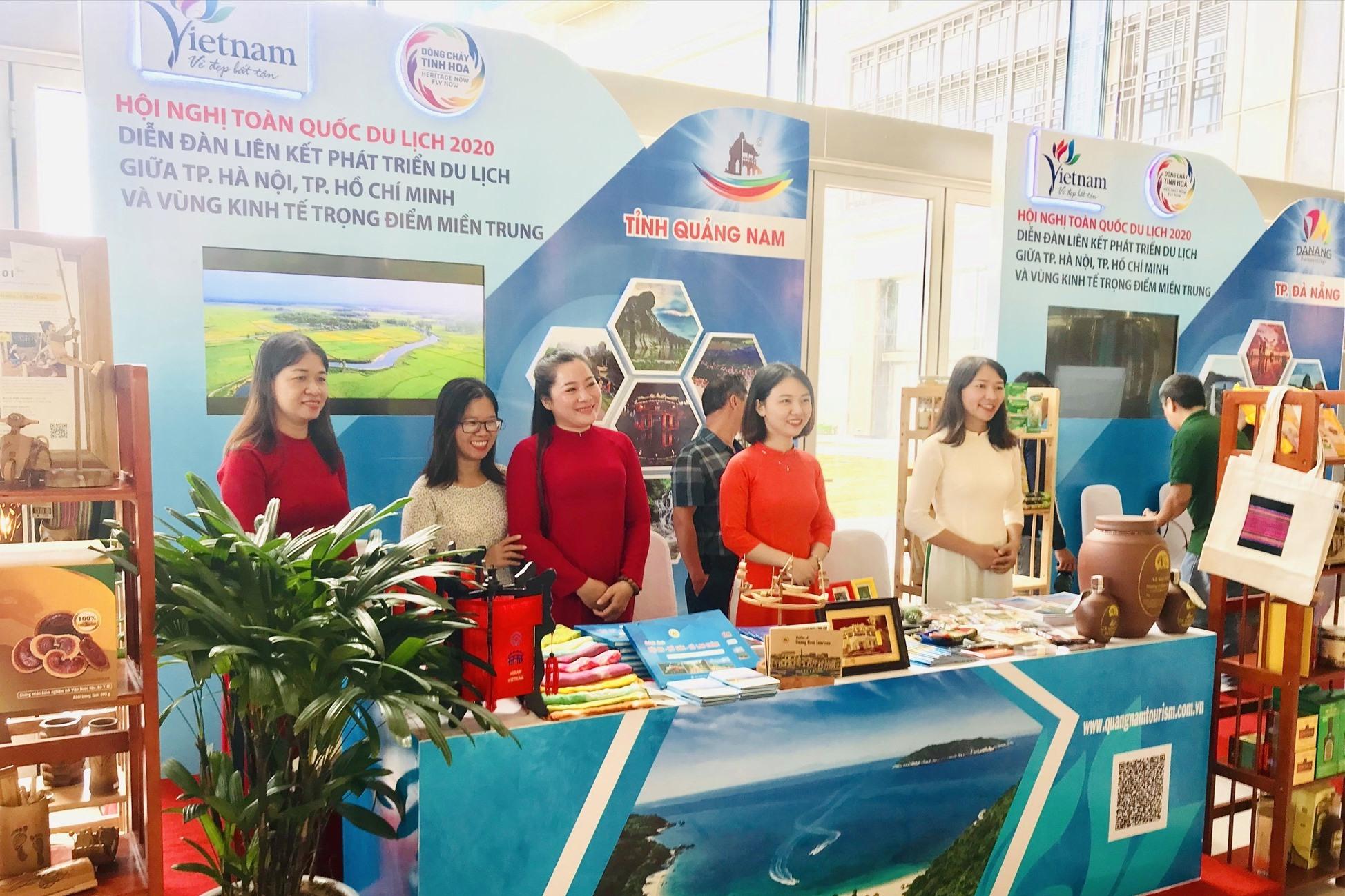 Gian hàng ngành du lịch Quảng Nam tham gia không gian trưng bày. Ảnh: T.L