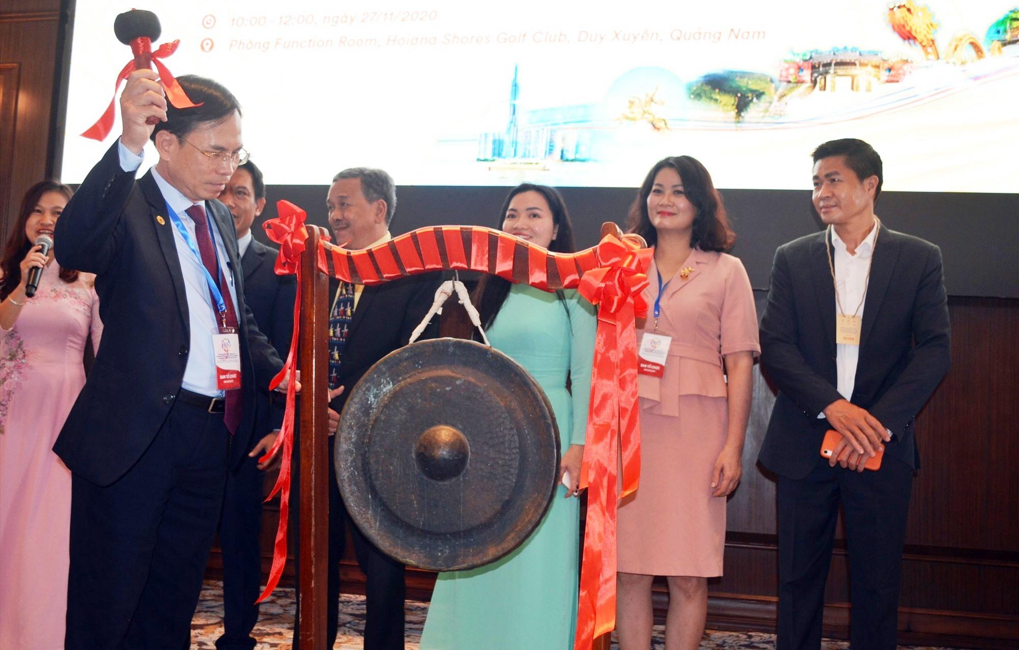 Ông Nguyễn Thanh Hồng - Giám đốc Sở VH-TT&DL đánh chiêng khai trương buổi giao dịch tại Hội chợ