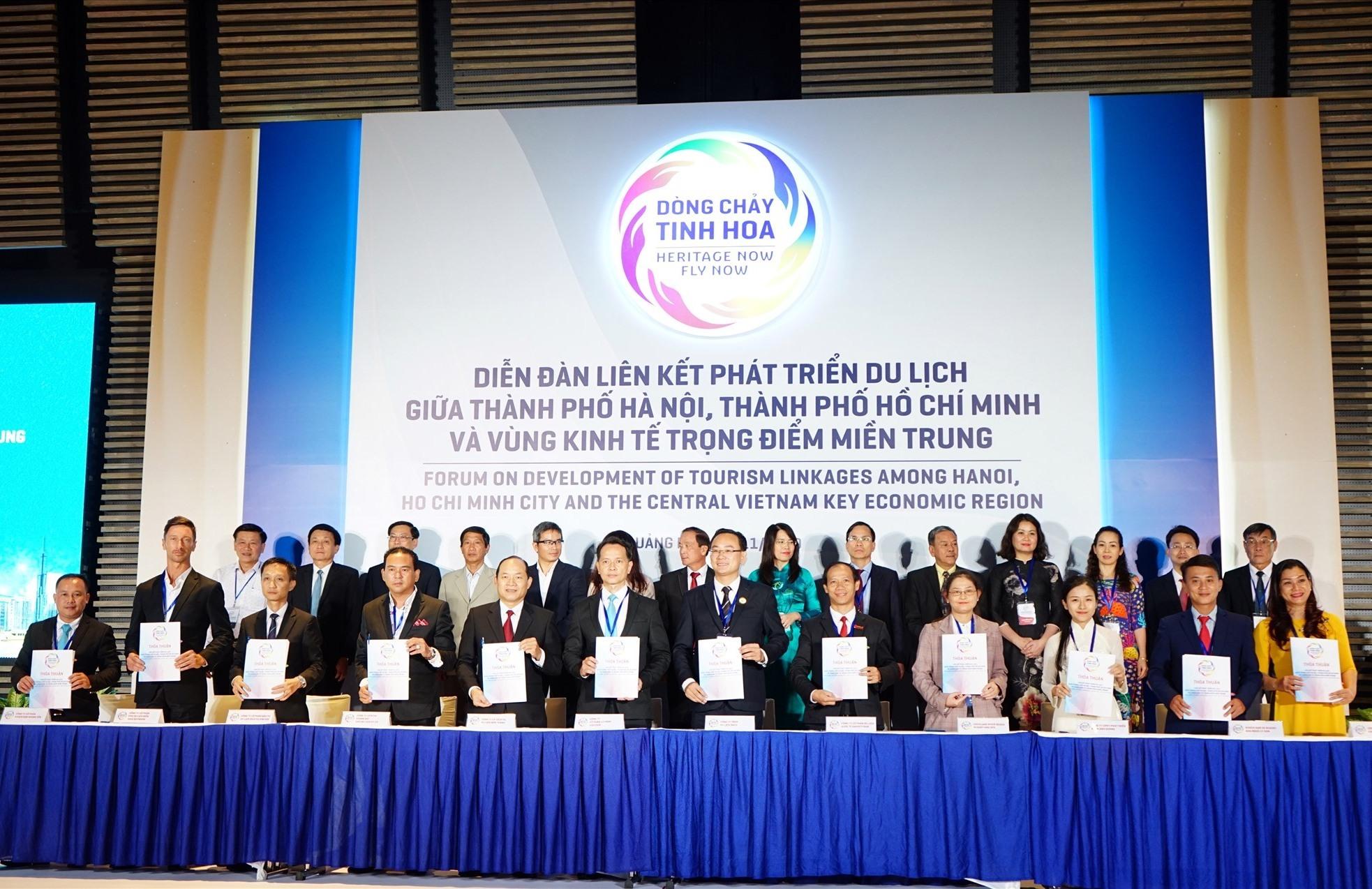 Đại diện Hiệp hội du lịch 7 địa phương ký cam kết hợp tác với 3 Hãng hàng không của Việt Nam