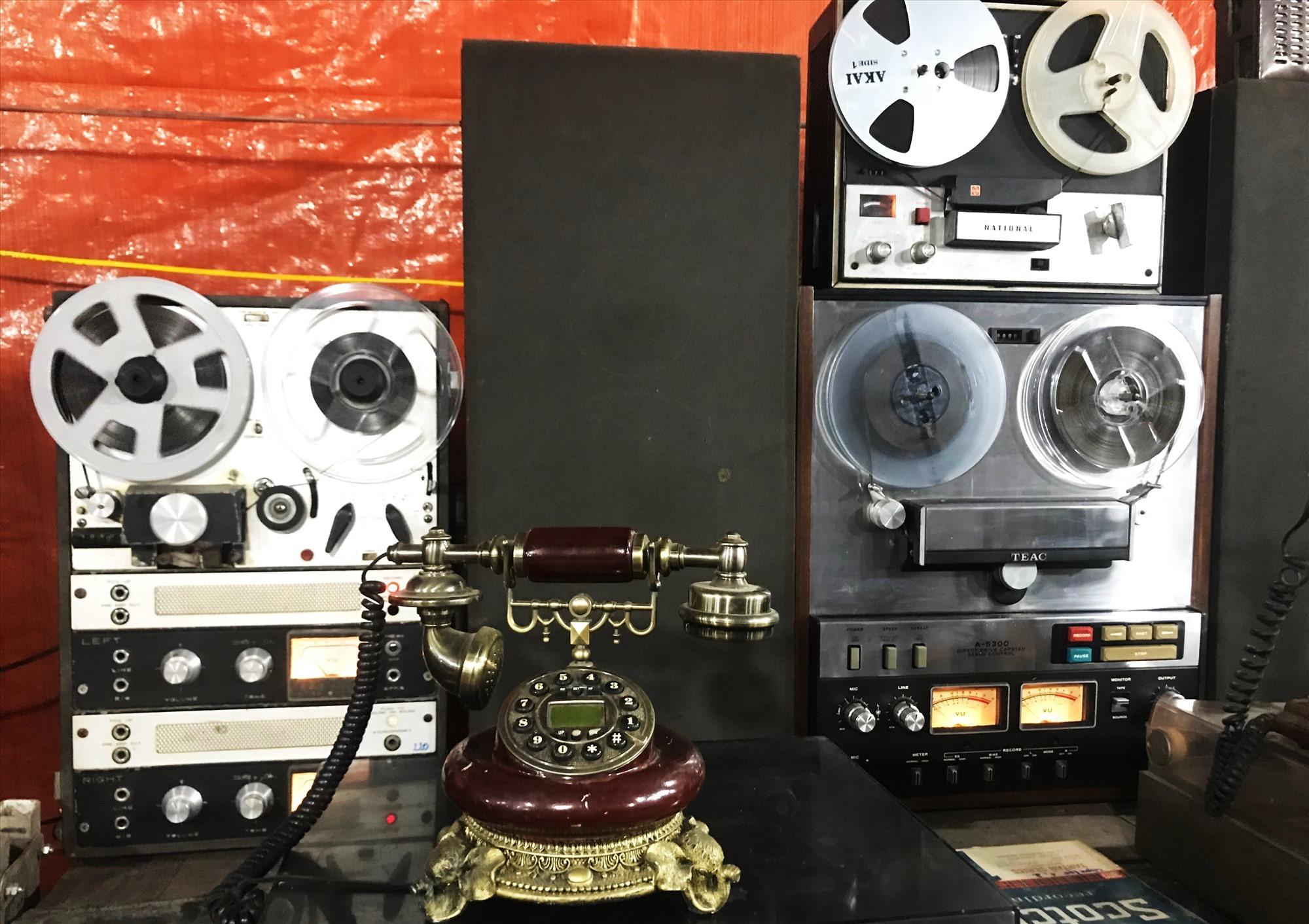 Độc đáo điện thoại thời xưa và máy nghe nhạc. Ảnh: MINH HẢI