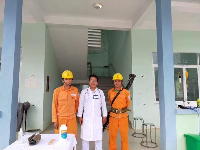 Khôi phục cấp điện lại giúp ngành y tế chăm sóc sức khỏe tốt hơn cho đồng bào vùng sạt lở Phước Lộc. Ảnh: KIÊN PHAN