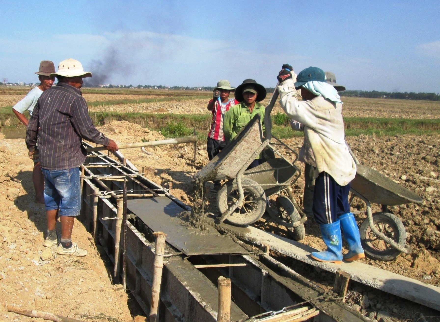 Giai đoạn 2016 - 2020, Quế Sơn kiên cố hóa thêm gần 102km kênh mương các loại với số vốn đầu tư hơn 125 tỷ đồng. Ảnh: VĂN SỰ