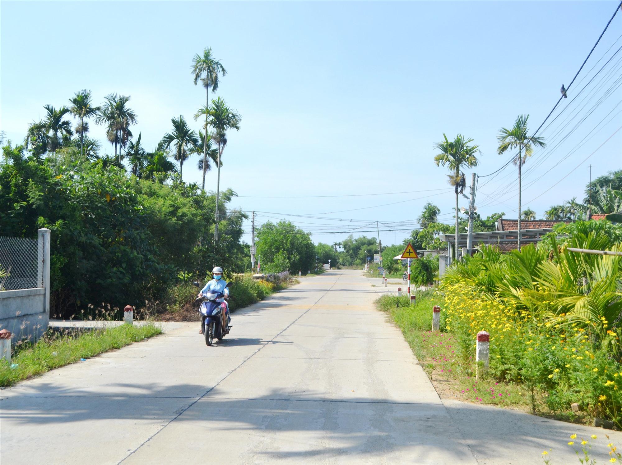 Đường giao thông ở xã NTM Điện Thắng Nam được đầu tư kiên cố. Ảnh: C.T