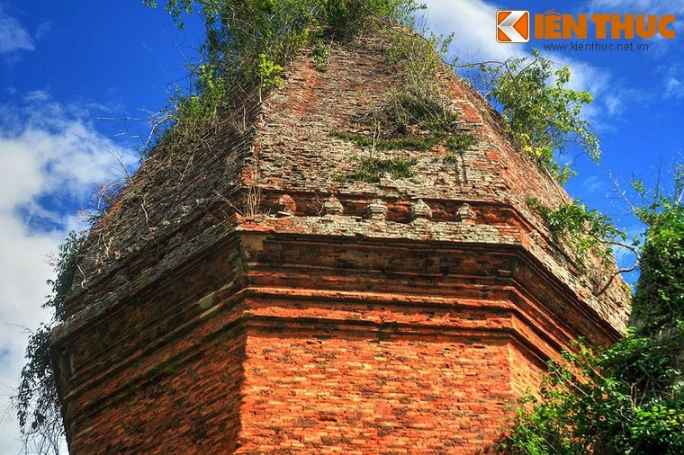 The tower is octagonal in shape and was built in the 12th century. It refers to the vertical linga and is the only octagon-shaped Champa tower to be found in Quang Nam.