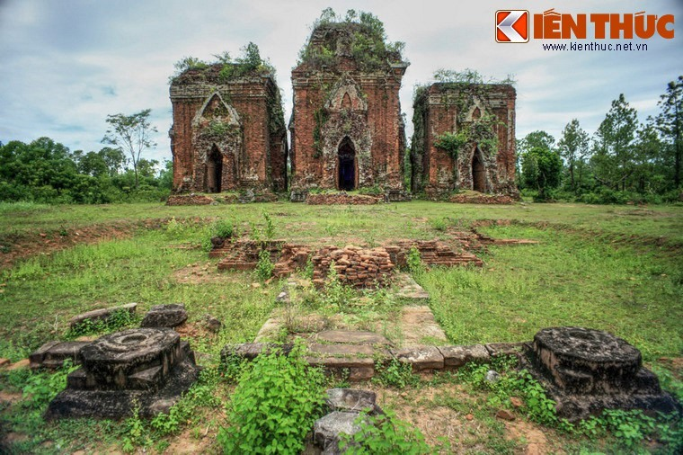 Chien Dan towers are a cluster of ancient Champa towers in Tam An commune, Tam Ky city. The towers were built from the late 10th to early 11th centuries.
