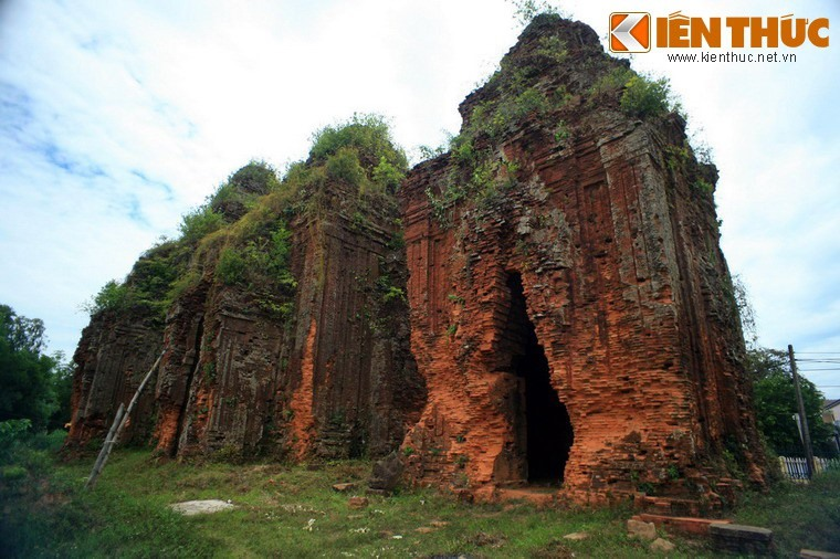 Khuong My towers are located in Tam Xuan 1 commune, Nui Thanh district. They were built between the end of the 9th century and the beginning of the 10th century.