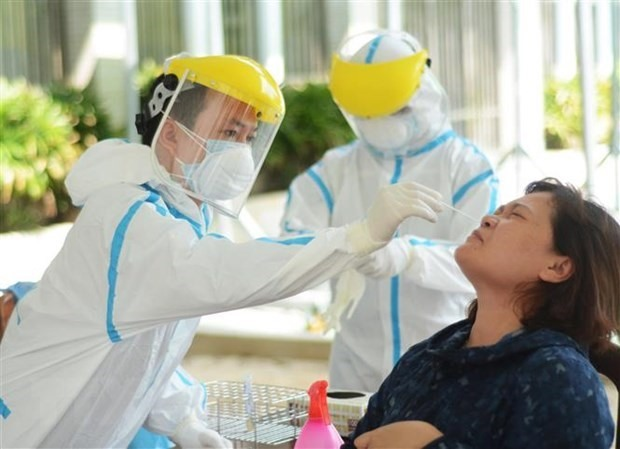 Taking samples for SARS-CoV-2 testing in Vietnam (Photo: VNA)