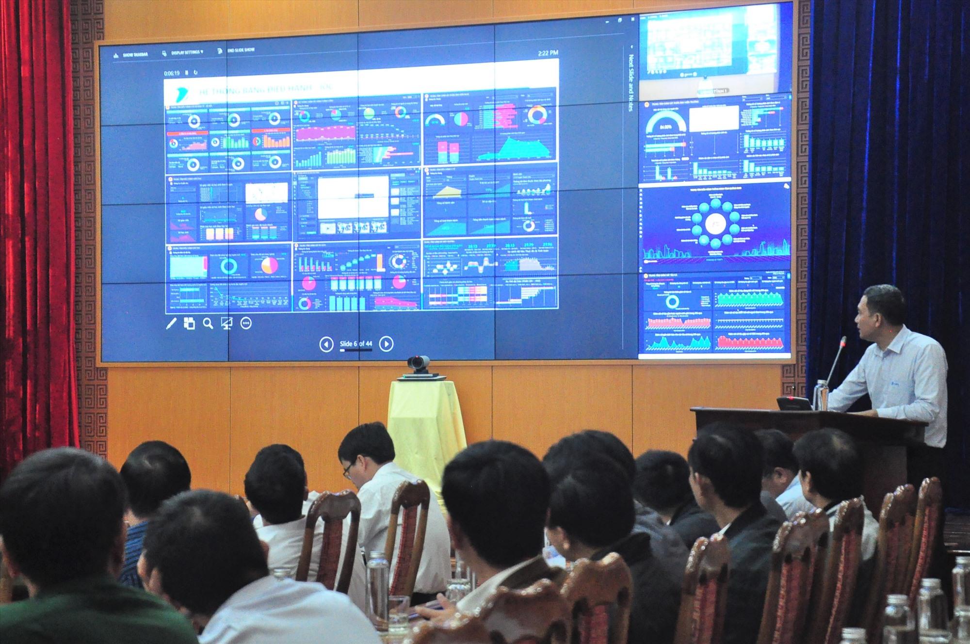 VNPT Quảng Nam báo cáo về Trung tâm điều hành thông minh Quảng Nam (IOC Quảng Nam). Ảnh: VINH ANH