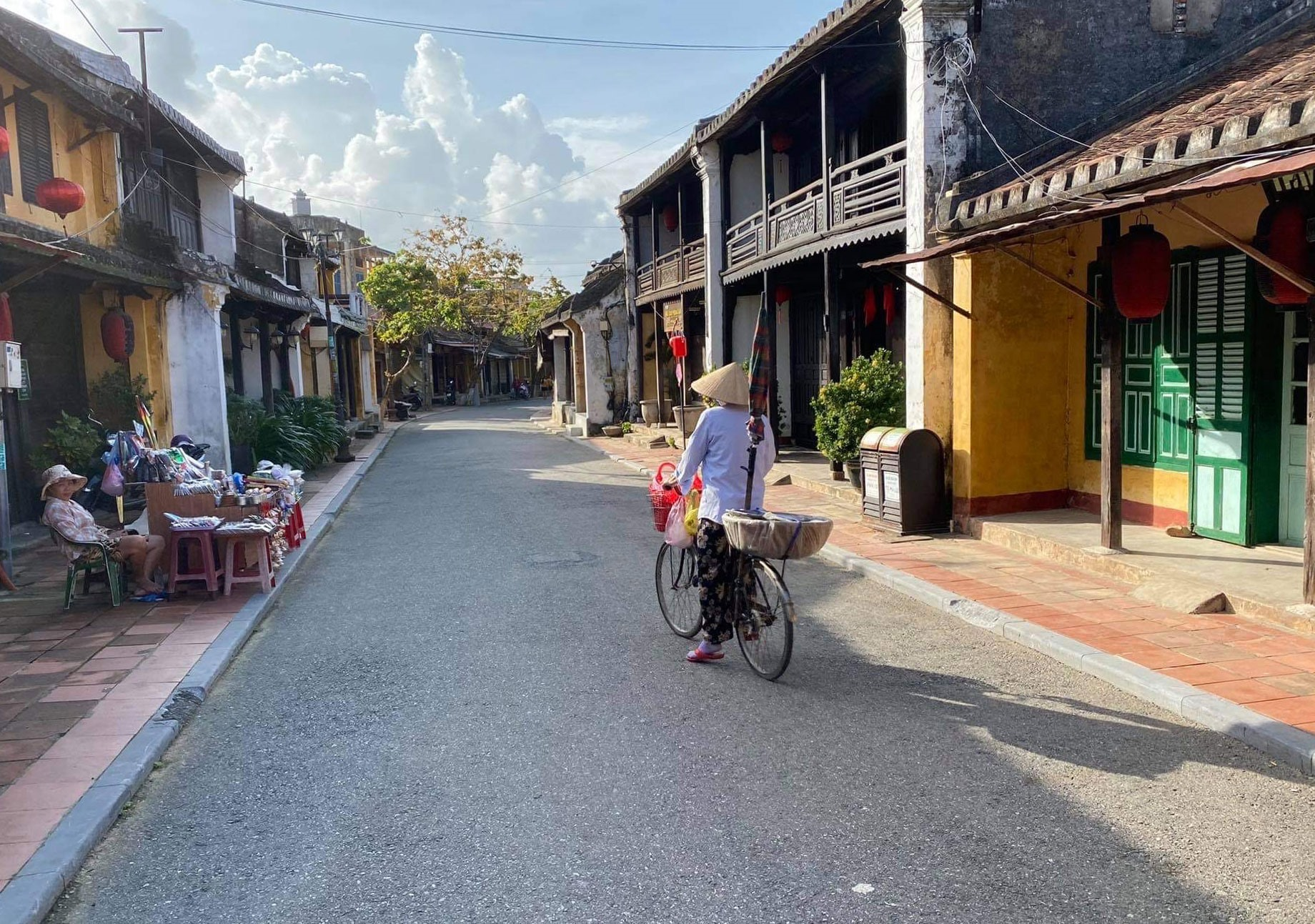 Hoi An used to be very popular with foreigners and domestic visitors. However, since the 2nd Covid-19 outbreak and severe impacts of natural disasters, Hoi An has received fewer visitors.