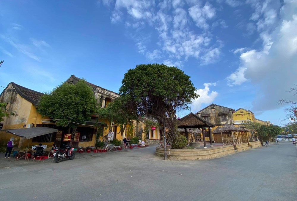 At this time, Hoi An has a strange beauty. It is quieter and more peaceful.
