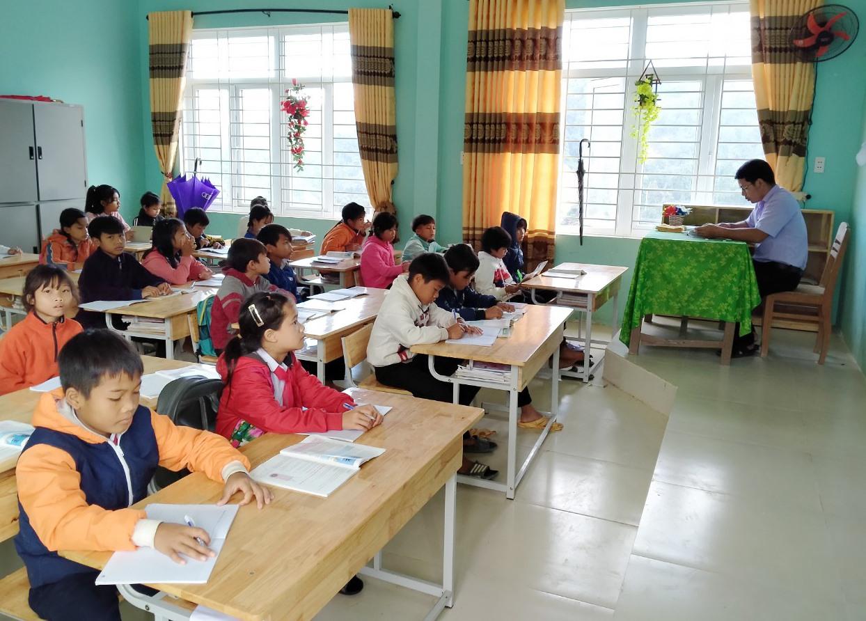 Học sinh vùng cao Phước Lộc ra lớp sau gần 1 tháng nghỉ học do mưa lũ và sạt lở. Ảnh: HOÀI AN