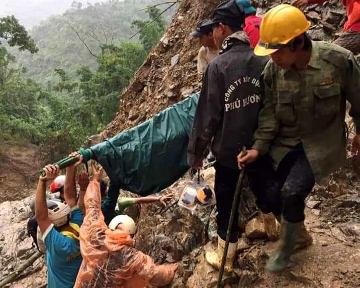 Lực lượng dân quân xã Phước Thành cẩn thận khiêng thai phụ đi cấp cứu. Ảnh: GIA DƯƠNG