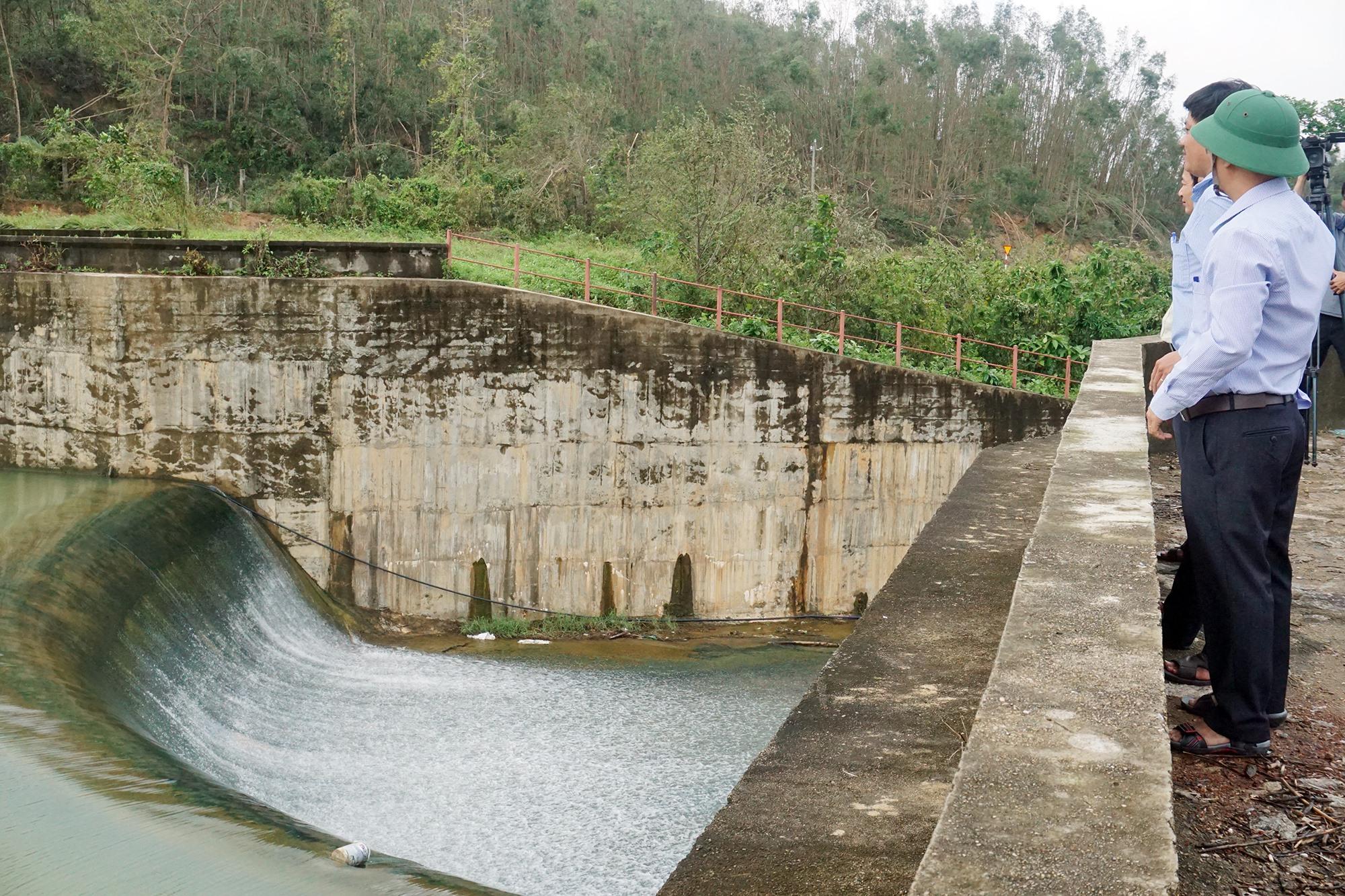 Hiện hồ chứa nước Phước Hà (xã Bình Phú) đã tích đầy, nước qua tràn tự do. Ảnh B.T