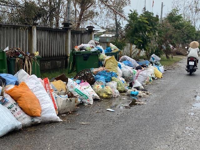 Lượng rác sinh hoạt ùn ứ dài ngày ở nhiều khu dân cư tại địa bàn Tam Kỳ vẫn chưa được vận chuyển, xử lý. Ảnh: H.P
