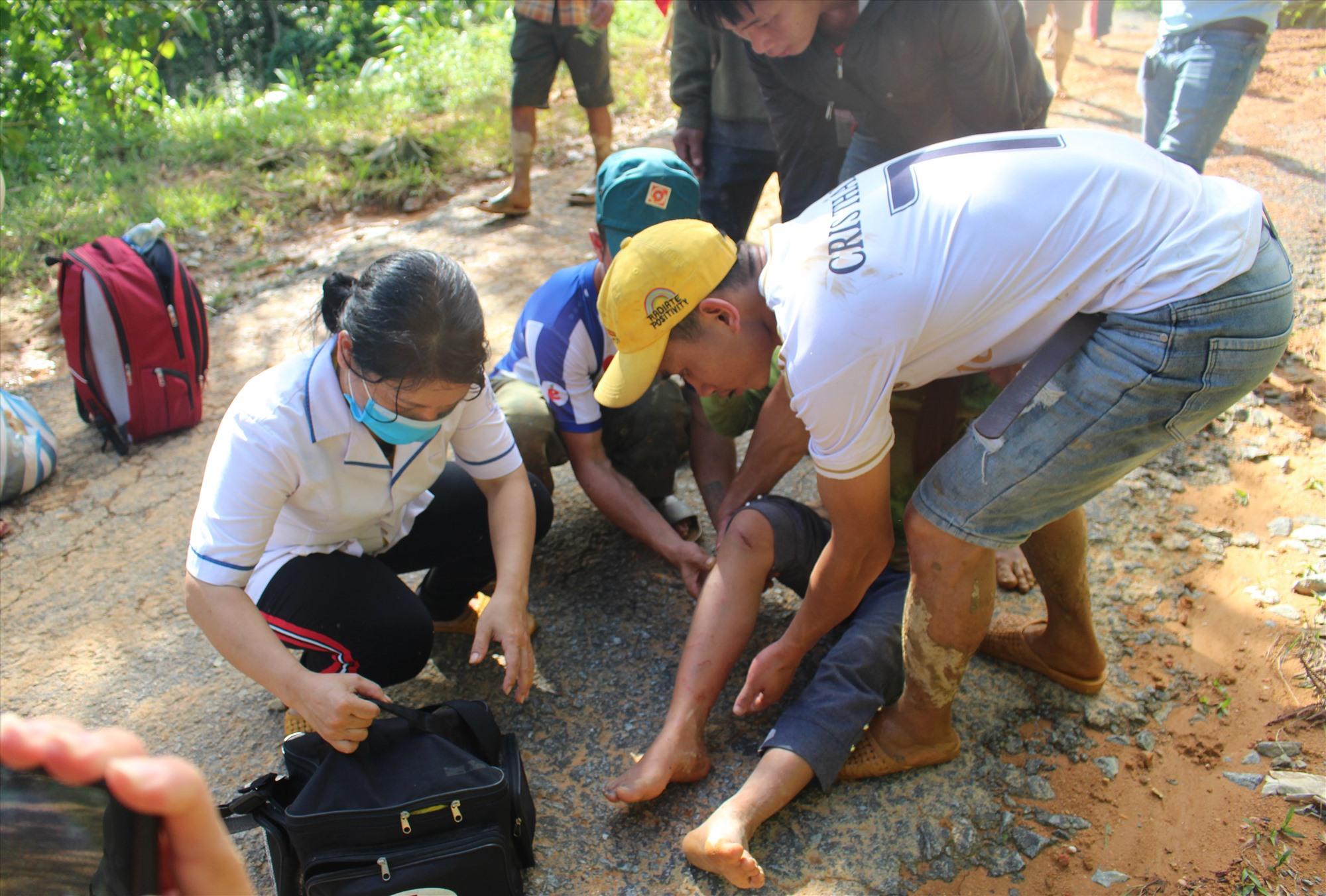 Nhân viên y tế sơ cấp cứu ban đầu cho người dân vùng gặp nạn. Ảnh: C.Đ