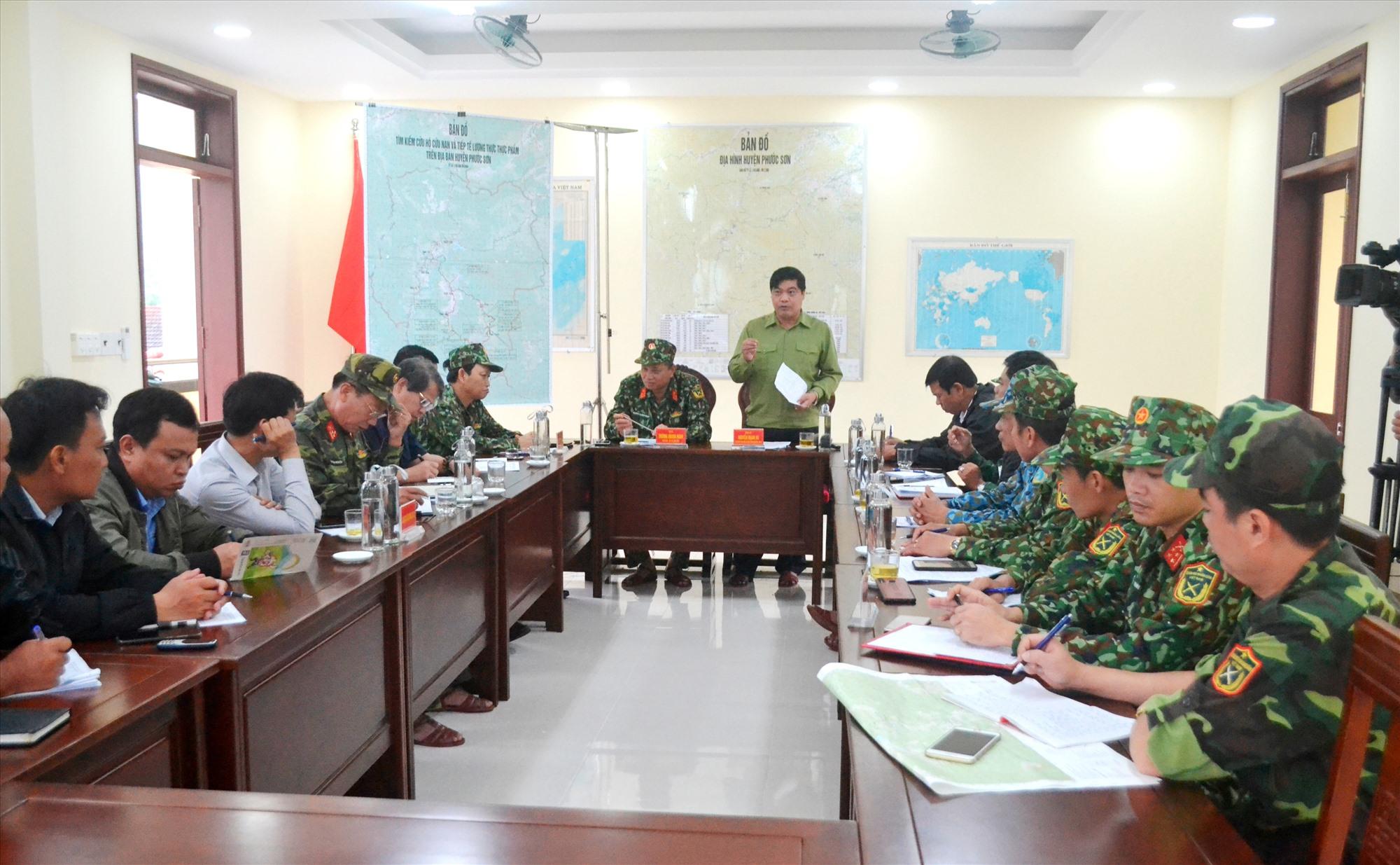 Đồng chí Nguyễn Mạnh Hà chỉ đạo phương án khắc phục đường bộ vào các xã Phước Thành, Phước Lộc. Ảnh: CT