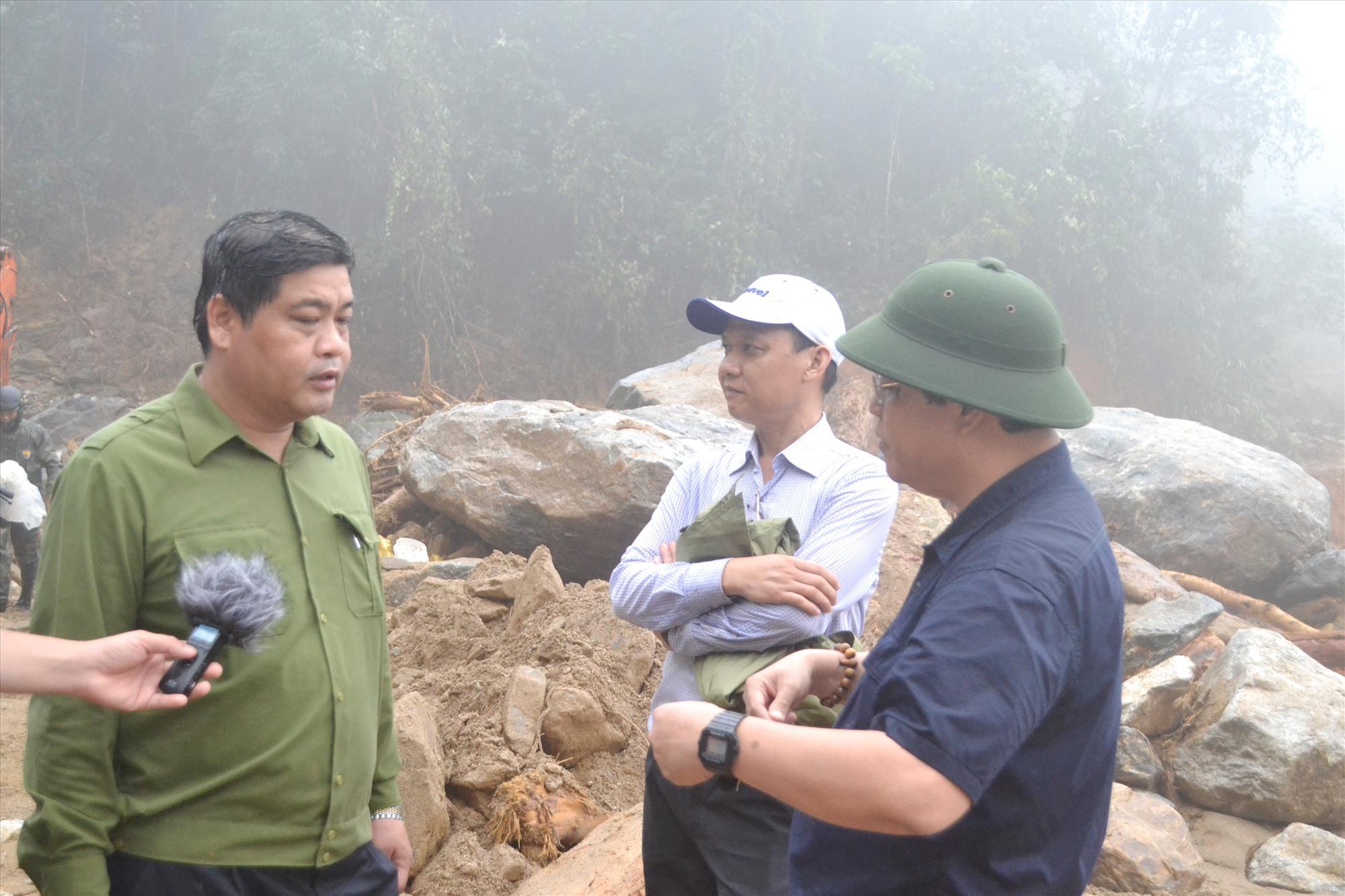 Đồng chí Nguyễn Mạnh Hà (bên trái) bàn nhanh phương án khắc phục trên hiện trường với lãnh đạo Sở GTVT. Ảnh: CT