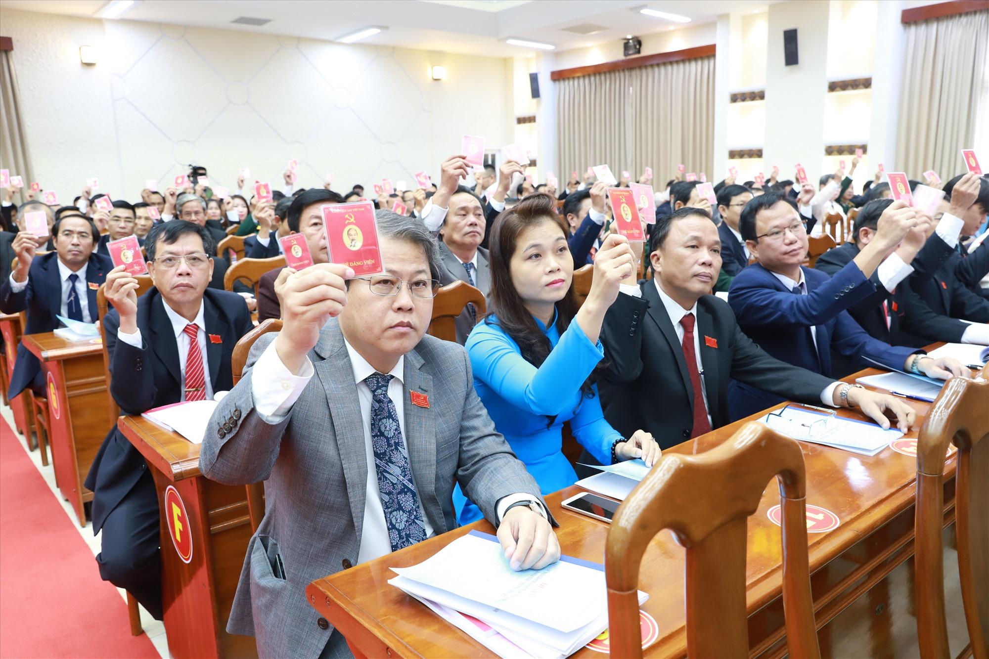Đại biểu biểu quyết các nhóm chỉ tiêu tại Đại hội đại biểu Đảng bộ tỉnh Quảng Nam lần thứ XXII (nhiệm kỳ 2020 - 2025). Ảnh: T.CÔNG