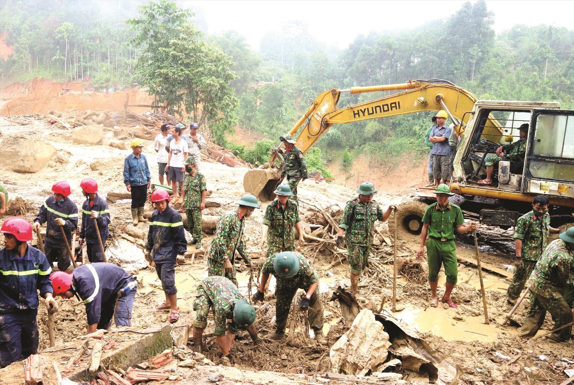 Các chiến sĩ dầm mưa tìm kiếm nạn nhân mất tích ở xã Trà Leng (Nam Trà My). Ảnh: ALĂNG NGƯỚC