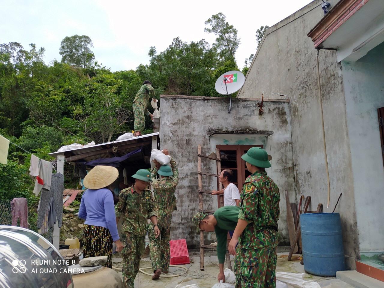 Cán bộ, chiến sĩ Tiểu đoàn 70 giúp người dân xã đảo Tân Hiệp ứng phó với mưa bão. Ảnh: LÊ TÂY