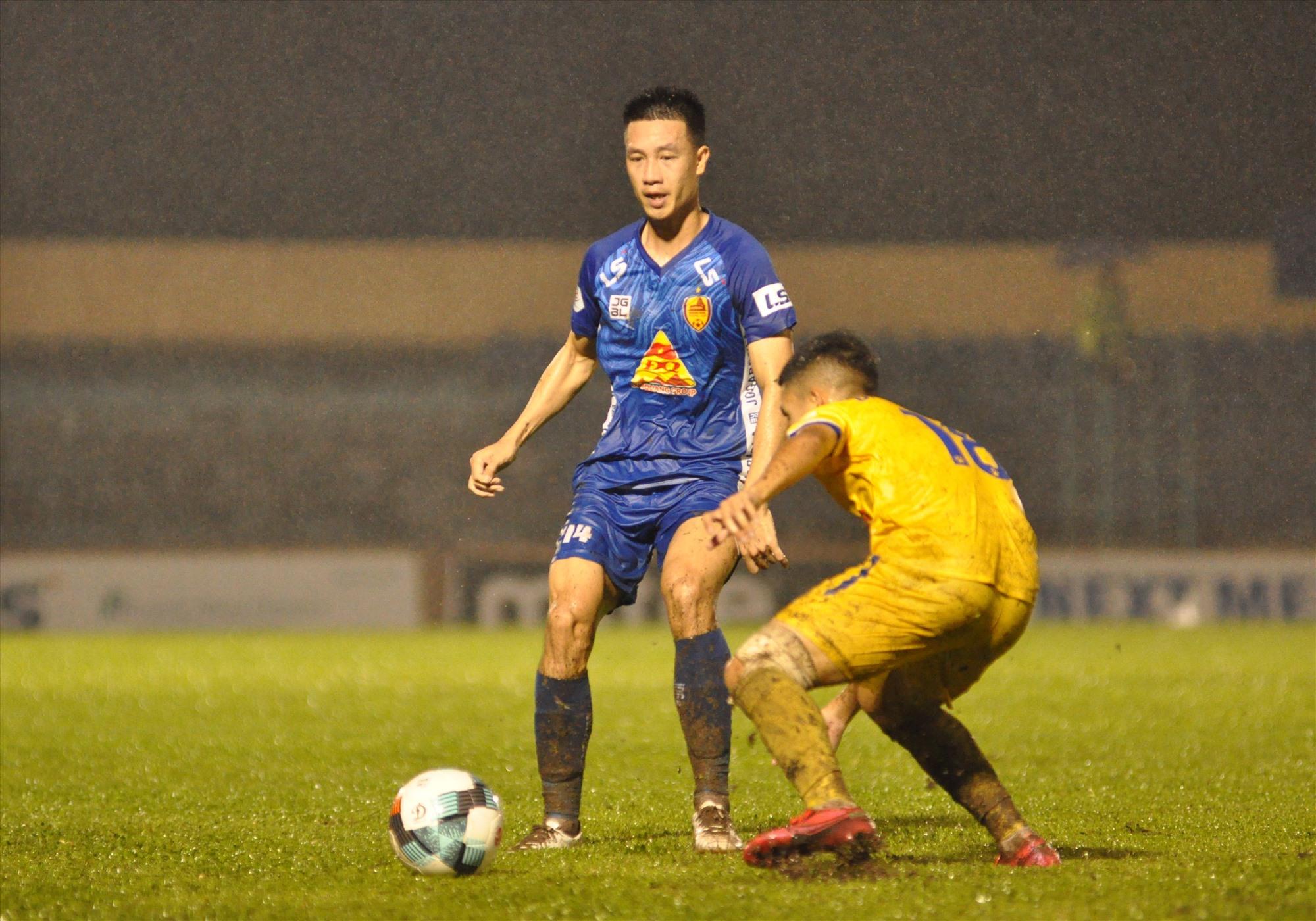 Tuyển thủ quốc gia Huy Hùng (bên trái) sẽ cùng với Quảng Nam xuống chơi ở giải hạng nhất 2021. Ảnh: A.S