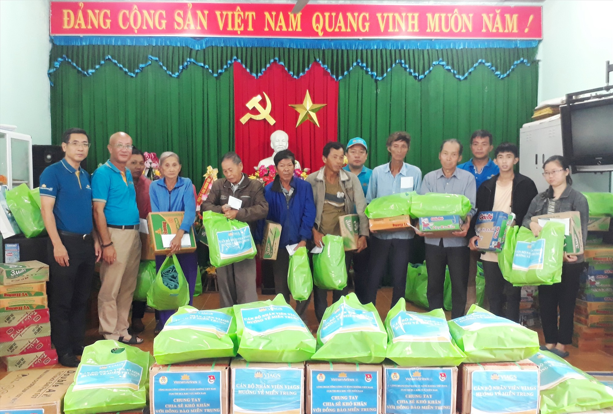 Tặng quà cho người dân khó khăn bị thiệt hại bởi bão số 9. ảnh DT