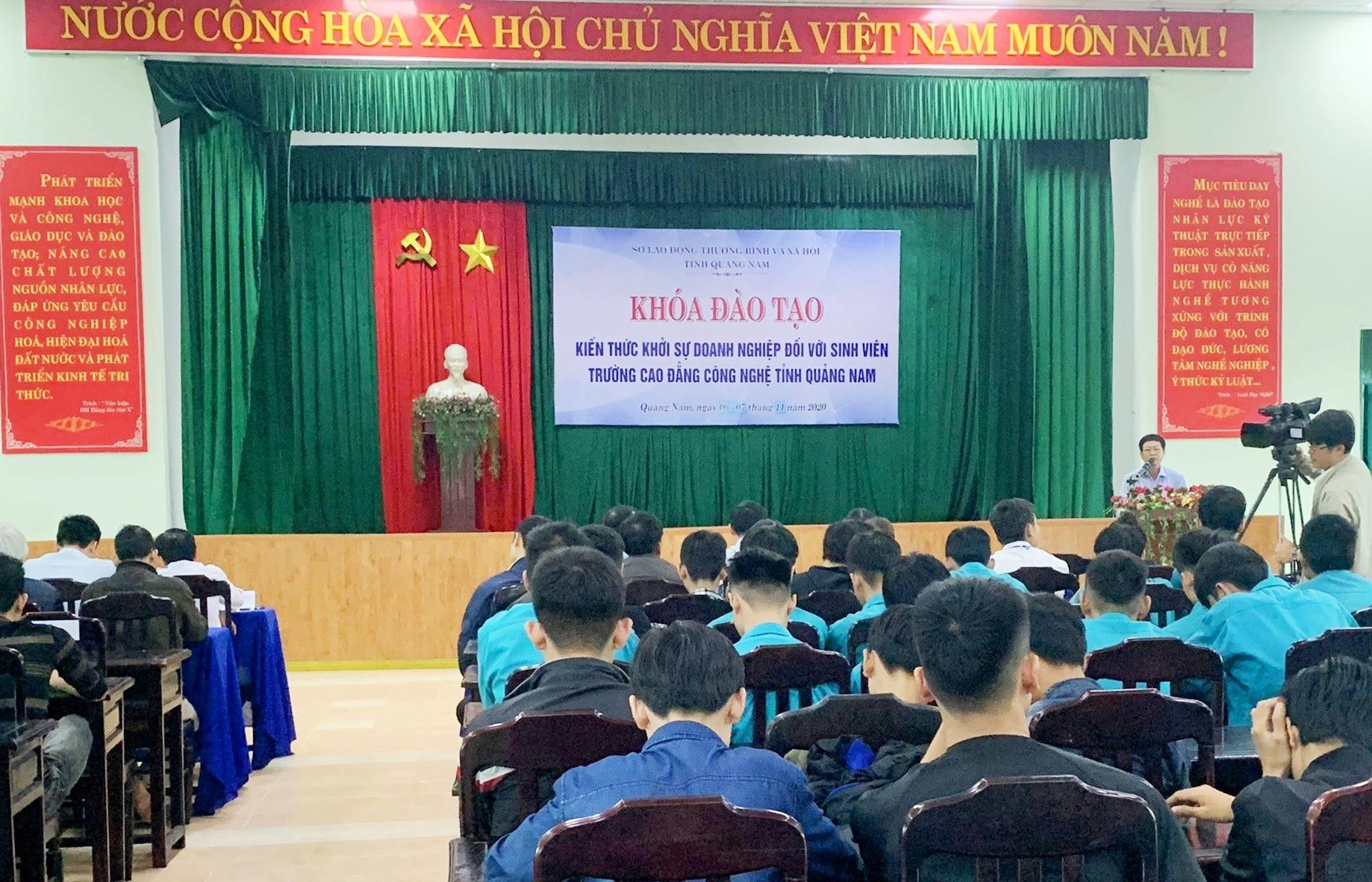 Sinh viên sắp ra trường của Trường Cao đẳng Công nghệ Quảng Nam tham gia vào khóa đào tạo khởi sự doanh nghiệp. Ảnh: D.L