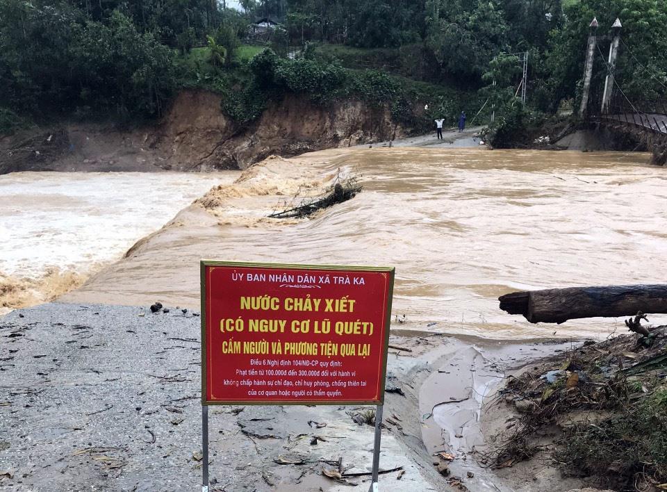 Nước sông cầu thôn 1 Trà Ka tiếp tục dâng cao khi có mưa lớn do ảnh hưởng của bão số 10.